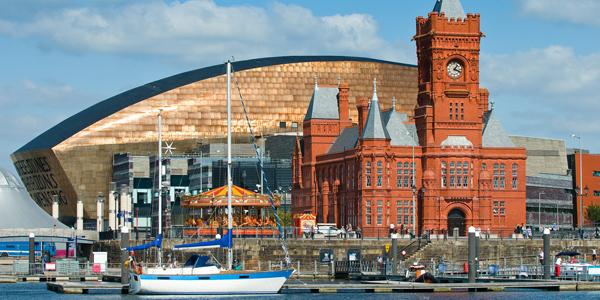 Cardiff Bay, Millennium Centre al fondo