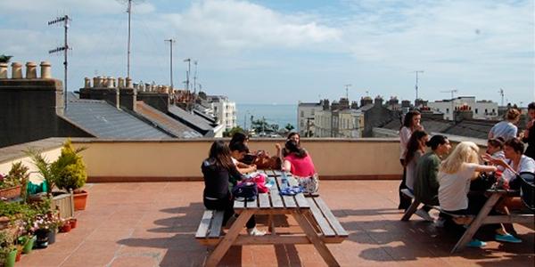 Nuestros alumnos en la terraza de la escuela en Dublin Dun Laoghaire