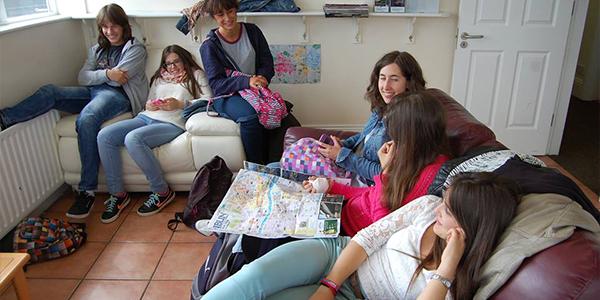 Alumnos tomando un respiro de las clases