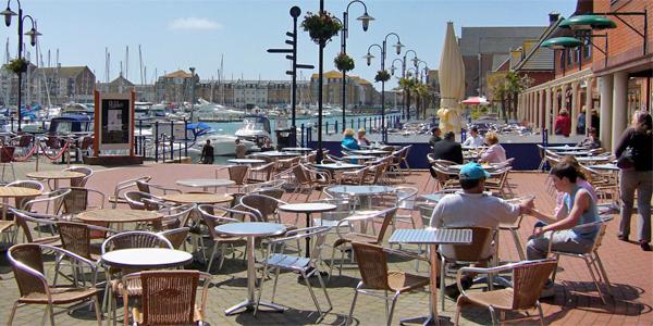 Zona de cafeterias junto al puerto deportivo