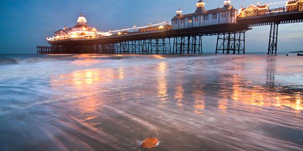 Playa de Eastbourne al atardecer