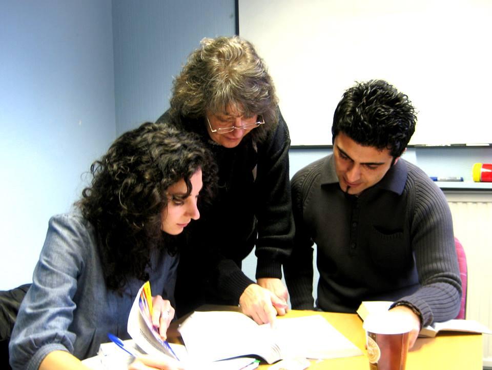 alumnos y profesora en clase