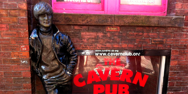 El mítico club, The Cavern, con una estatua de John Lennon