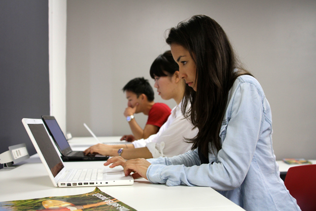 alumnos estudiando