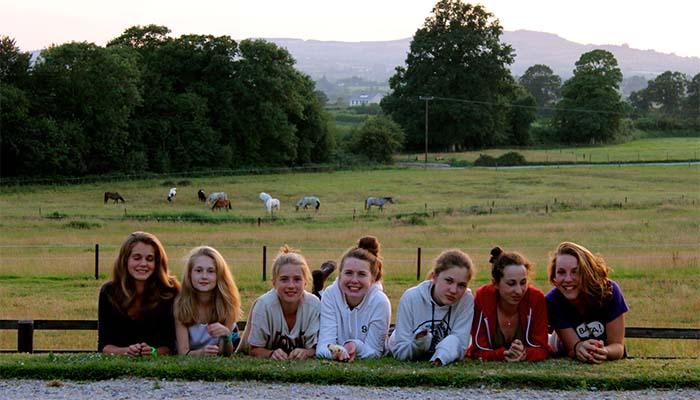 Grupo de amigas en la escuela de Tipperary