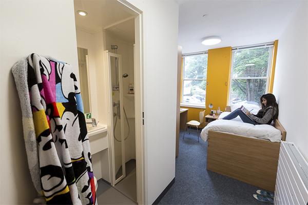 Habitación y baño