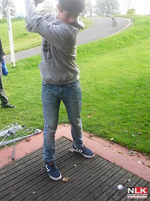 Chico jugando al golf en Gorey