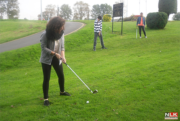 Chicos practicando golf en Gorey