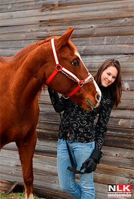 Chica con uno de los caballos de la hípica de Gorey