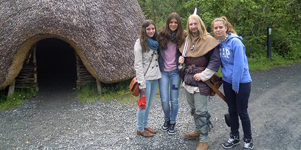 Chicas con el guía de una excursión en Gorey