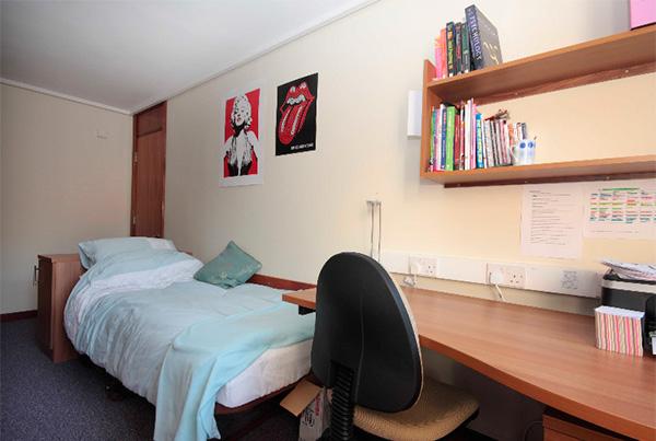 Habitación de la residencia con escritorio