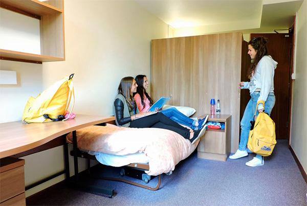 Estudiantes en una habitación de la residencia