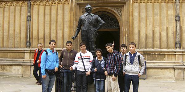 Junto a la estatua de Earl of Pembroke, enfrente de Bodleian Library