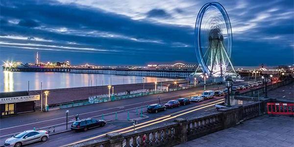 Vista de la ciudad de Brighton de noche